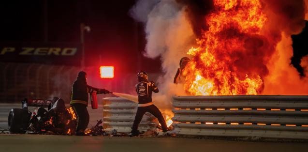 2020 – GP del Bahrain – Romain Grosjean, Haas VF-20 Ferrari, esce dalle fiamme dopo un terribile incidente durante il giro di apertura della gara. Ph.: Andrew Hone